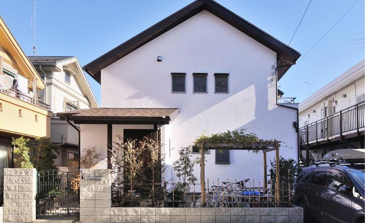 漆喰の白壁と小窓がおしゃれな吉相の家