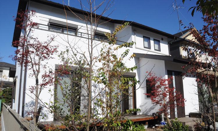 明るい縁側によって庭への解放感あふれる吉相の家