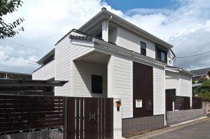 白い木目調パワーボードが鮮やかな吉相の家