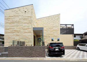 ボーダータイルと直線的なファサードが美しい吉相のデザイン住宅